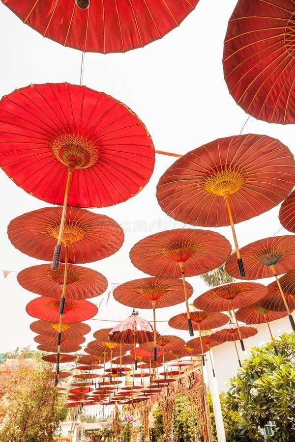 Hängande paraplyer arkivbild