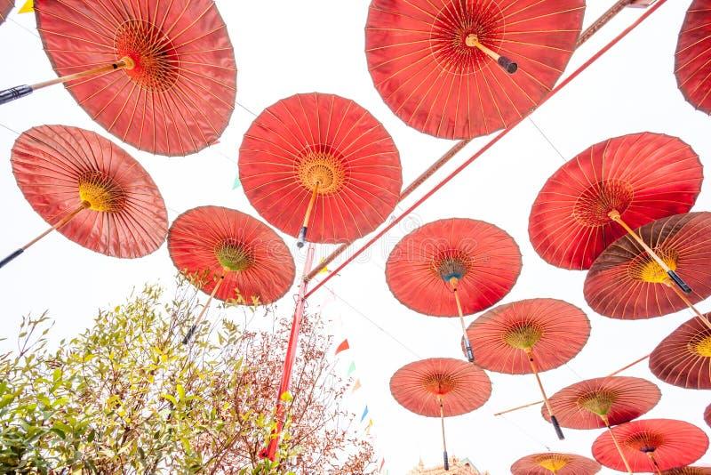 Hängande paraplyer royaltyfria bilder