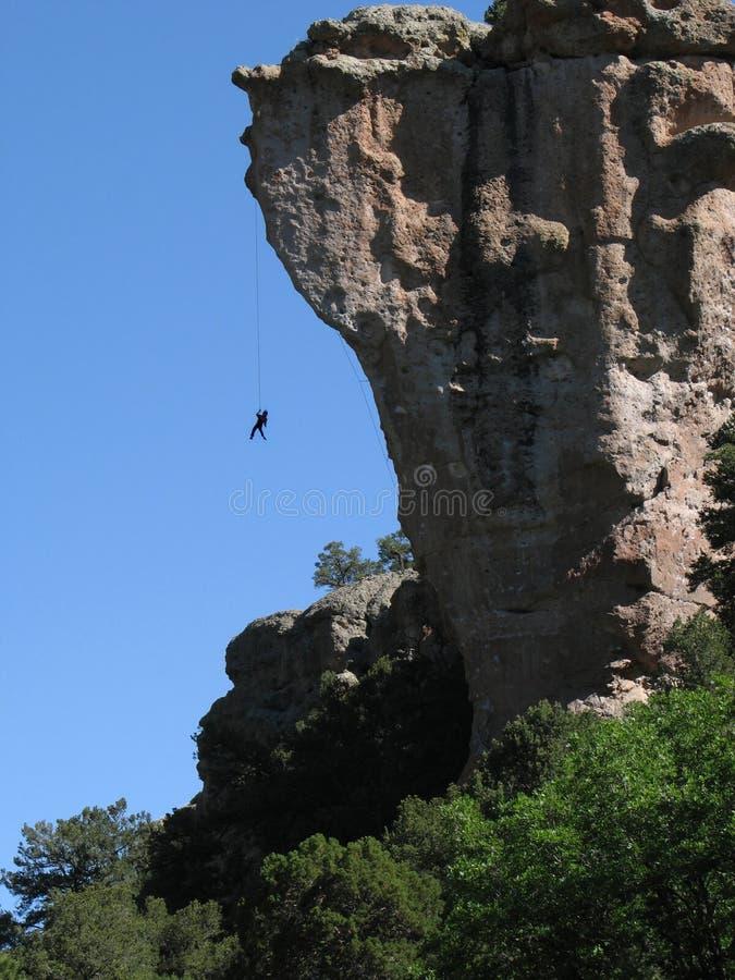 hängande rock för klättrare arkivfoto