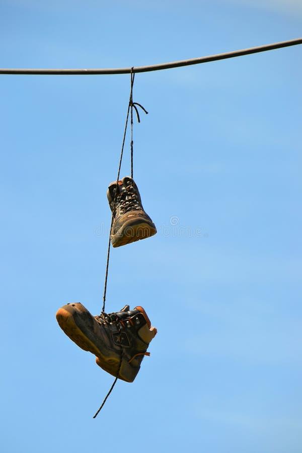 Hängande skor arkivbilder