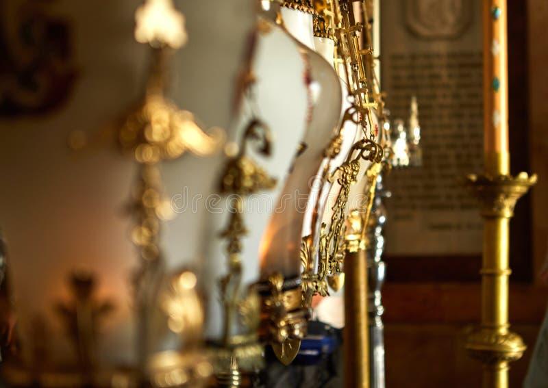 Hängande stearinljushållare på altaret som resas upp över stället av korsfästelsen av Jesus Christ i kyrka av den heliga griften royaltyfria bilder