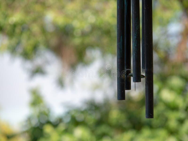 Hängande vindchimes som hänger i en trädgård på en solig dag fotografering för bildbyråer