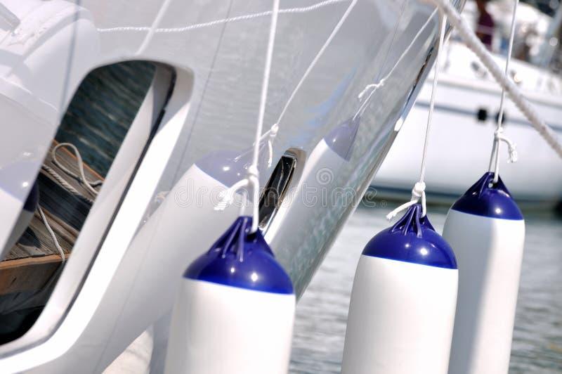 hängande vit yacht för floater royaltyfria bilder