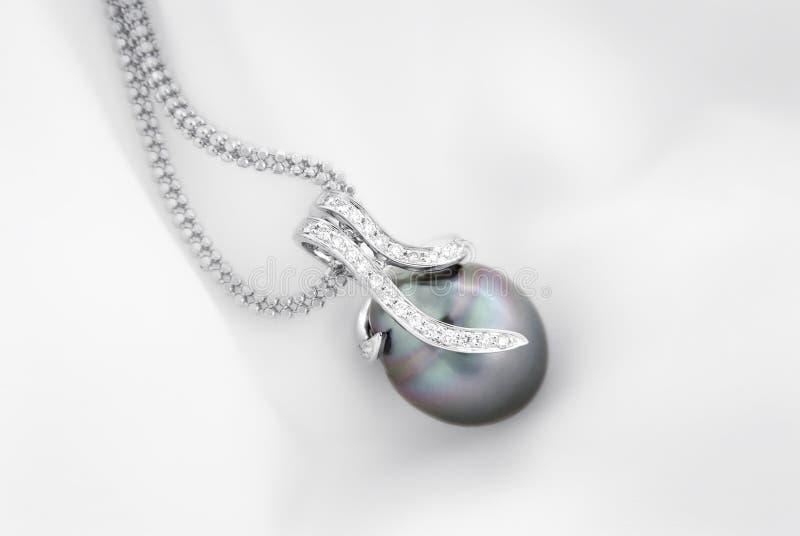 Hänge för vit guld med den tahitian pärlan och diamanter royaltyfri bild