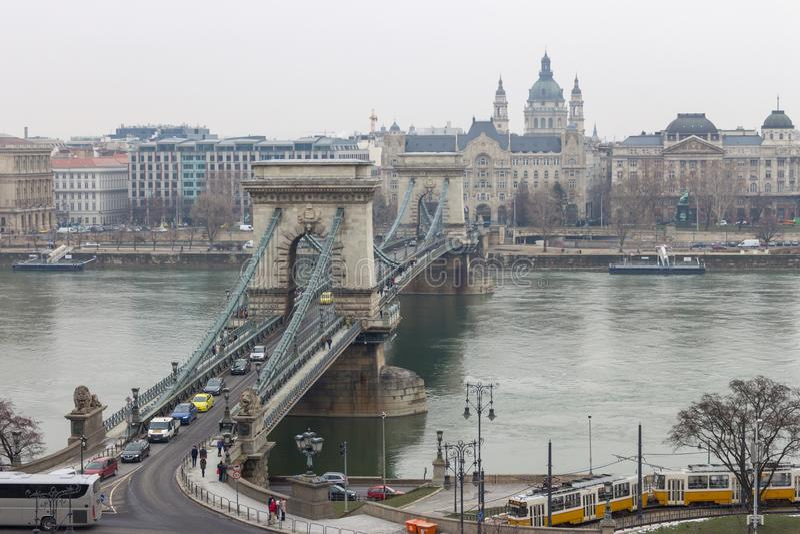 Hängebrücke über der Donau mit Autos, Tram und Motorschiff in Budapest, Ungarn Schöne Ansicht an der Plageseite lizenzfreie stockbilder
