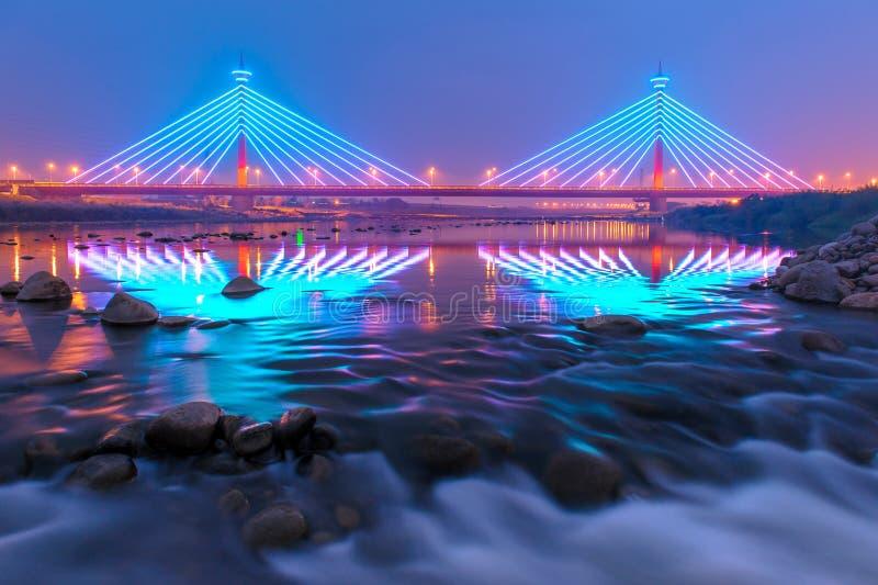 Hängebrücke nachts in Miaoli, Taiwan stockfoto