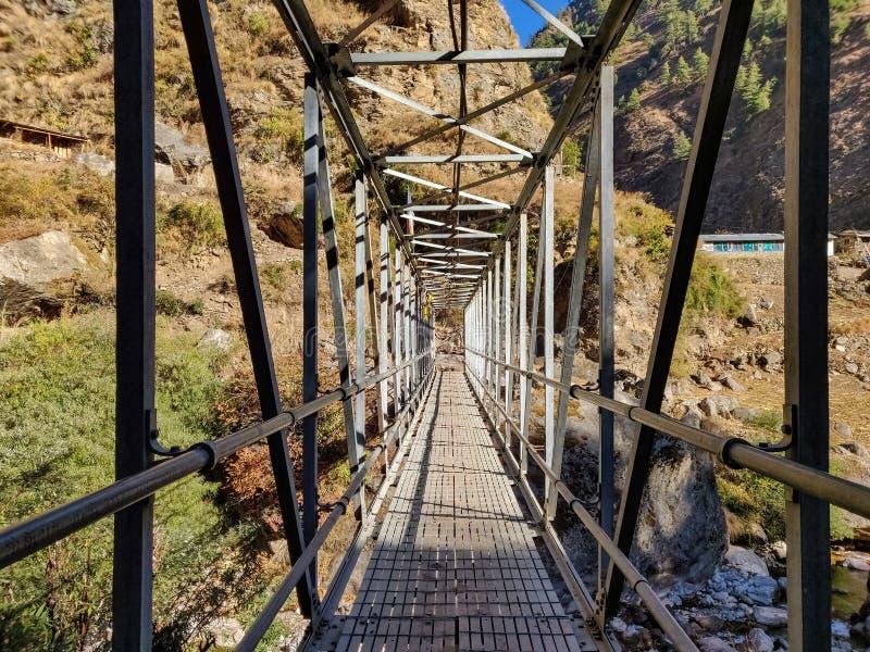 Hängebrücke in Nepal stockfotos
