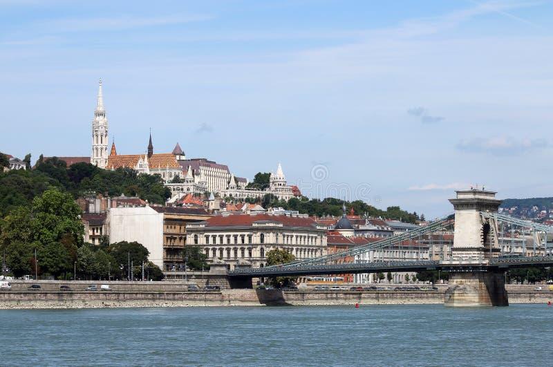 Hängebrücke- und Fischertürme Budapest stockbilder