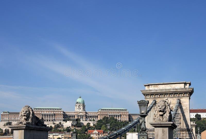 Hängebrücke und königliches Schloss lizenzfreie stockfotos