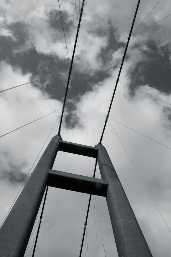 Hängebrücketürme und -kabel stockbilder
