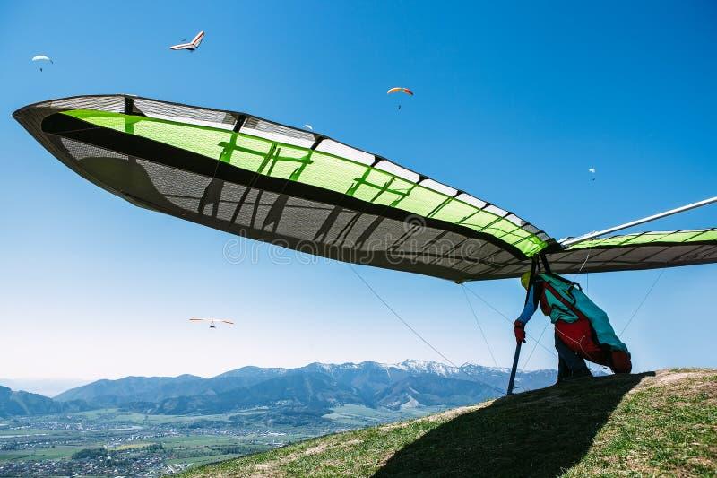 Hängegleiter, der beginnt zu fliegen lizenzfreies stockfoto