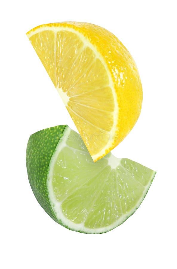 Hängen, Fallen und Fliegenstück Zitronen- und Kalkfrüchte lokalisiert auf Weiß mit Beschneidungspfad stockfoto