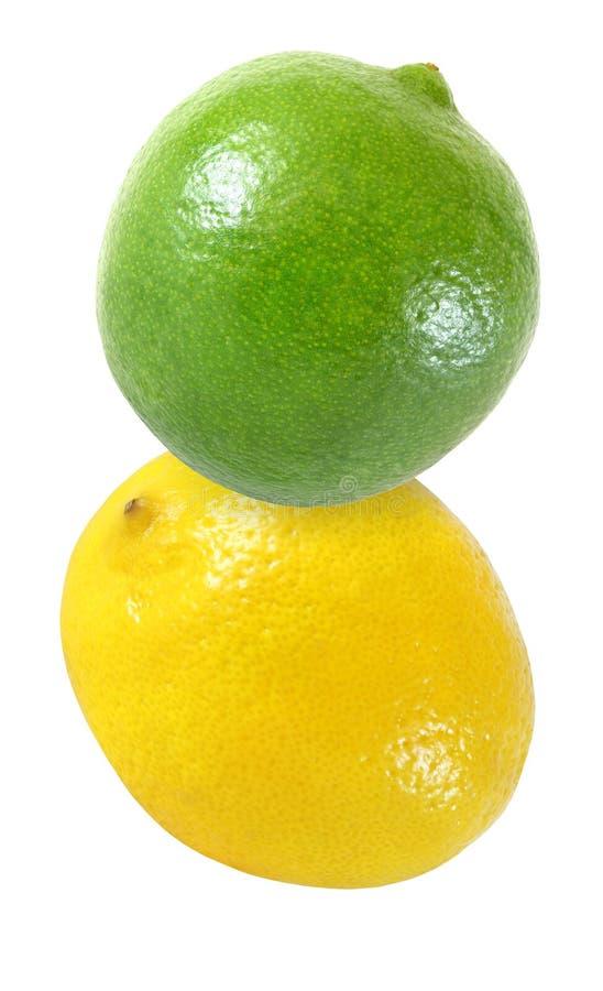 Hängen, fallend, fliegend Kalk und Zitronenfrüchte lokalisiert auf Weiß mit Beschneidungspfad lizenzfreies stockbild