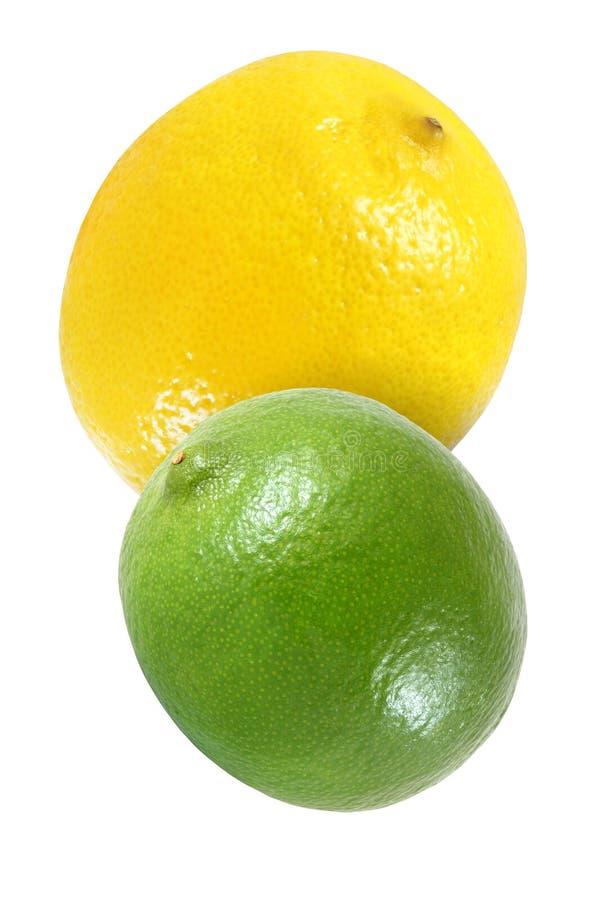 Hängen, fallend, fliegend Zitrone und Kalkfrüchte lokalisiert auf Weiß mit Beschneidungspfad lizenzfreie stockfotos