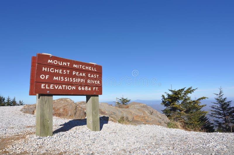 Hängen Sie Mitchell Zeichen an der höchsten Spitze in Ost-US ein stockfotos