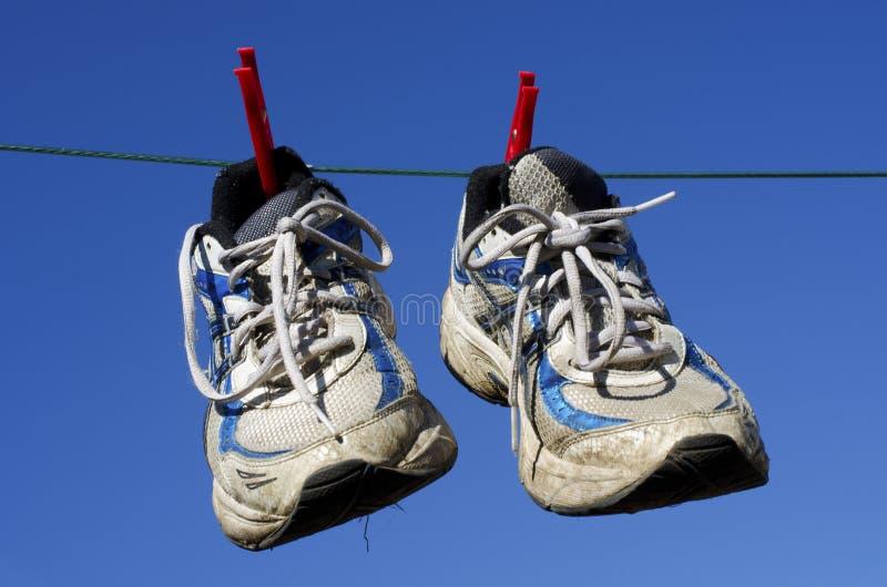 Hängen Sie oben Ihre alten laufenden Schuhe stockfoto