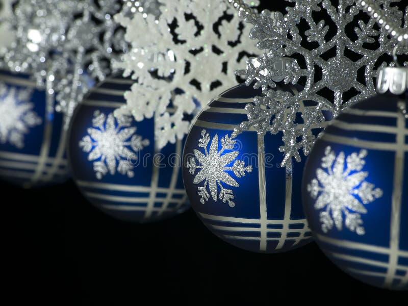 Hängende blaue Weihnachtskugeln stockfotos