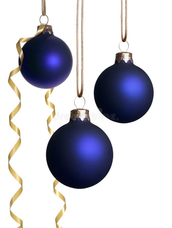 Hängende blaue Weihnachtsverzierungen mit Goldfarbband stockfotografie