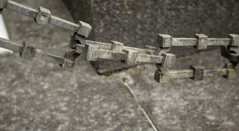 Hängende Eisenketten lizenzfreie stockfotos