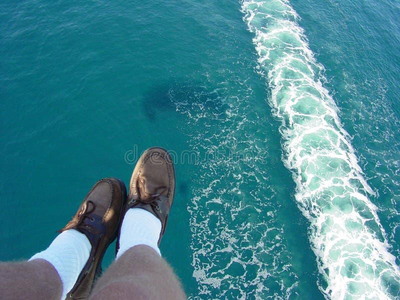 Hängende Füße über Catalina stockfotos