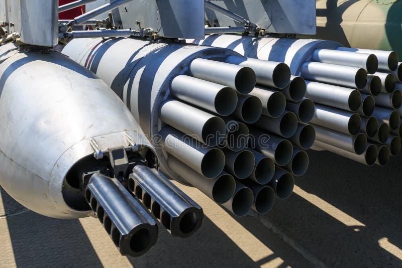 Hängende Gewehr- und Produkteinführungsgeräte für unbeaufsichtigte Raketen brachten am Militärhubschrauber an lizenzfreie stockfotografie