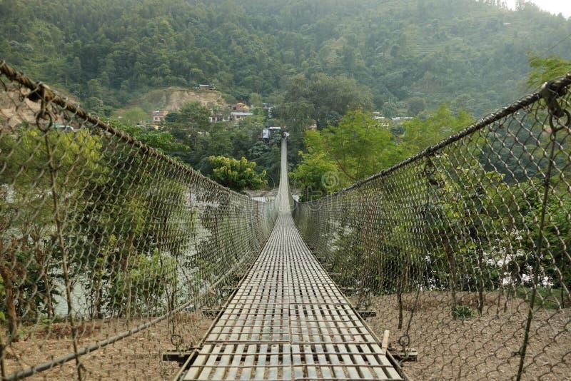Hängende Hängebrücke in Nepal stockbilder