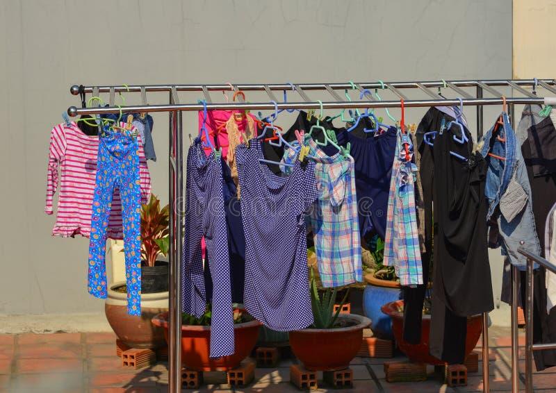 Hängende Kleidung am ländlichen Haus stockfotografie