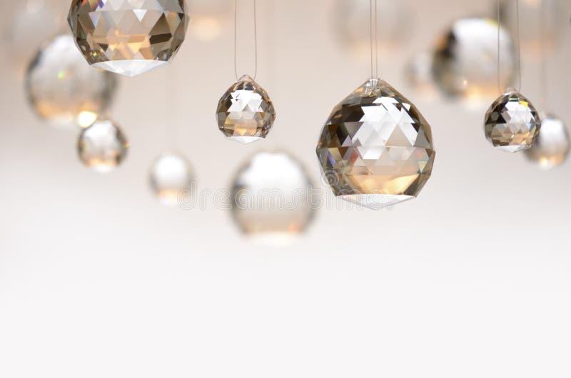 Hängende Kristallkugeln stockbild