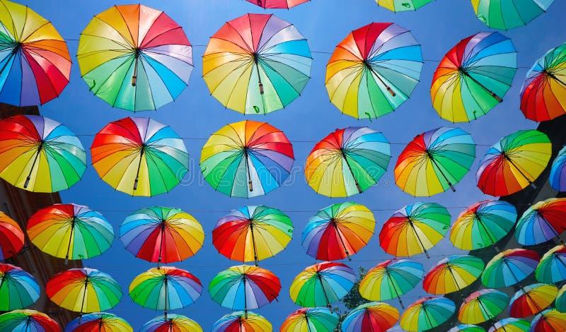 Hängende Regenbogenfarbregenschirme lizenzfreie stockfotografie