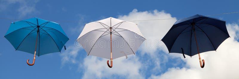 Hängende Regenschirme in Blauem, in weißem und in dunkelblauem lizenzfreie stockfotografie