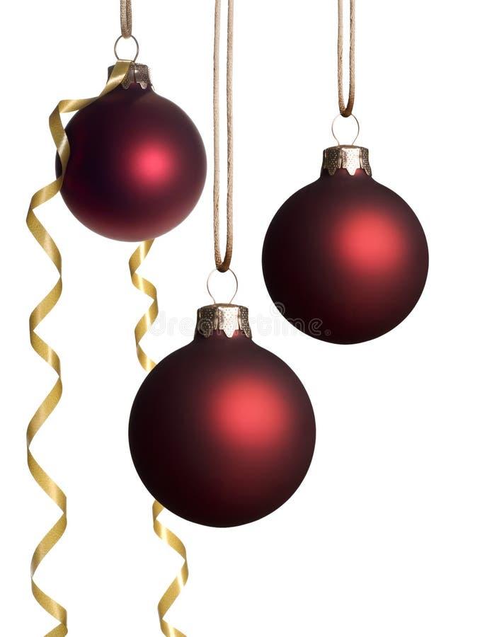 Hängende rote Weihnachtsverzierungen mit Goldfarbband lizenzfreie stockbilder
