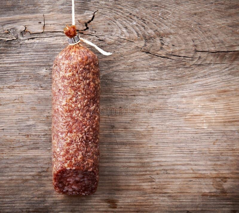 Hängende Salamiwurst lizenzfreies stockbild