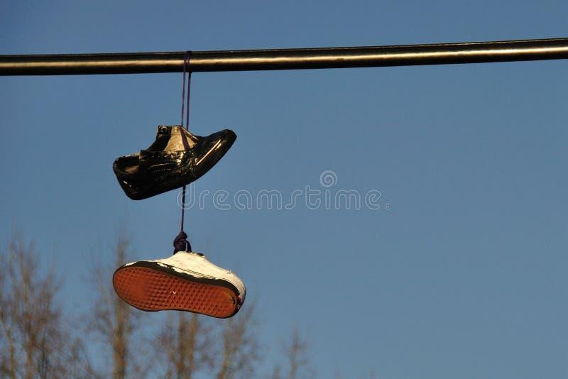 Hängende Schuhe lizenzfreies stockfoto