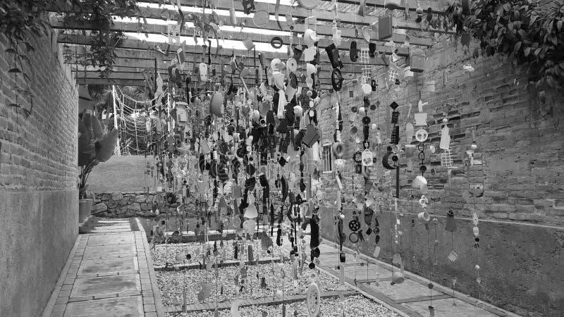 Hängende Struktur gemacht mit verschiedenen täglichen Gegenständen stockfoto