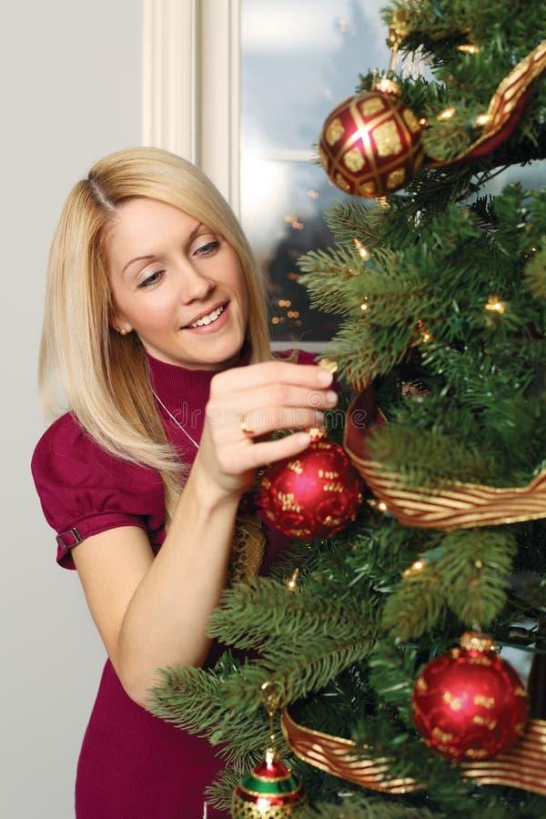 Hängende Verzierungen auf einem Weihnachtsbaum lizenzfreies stockfoto
