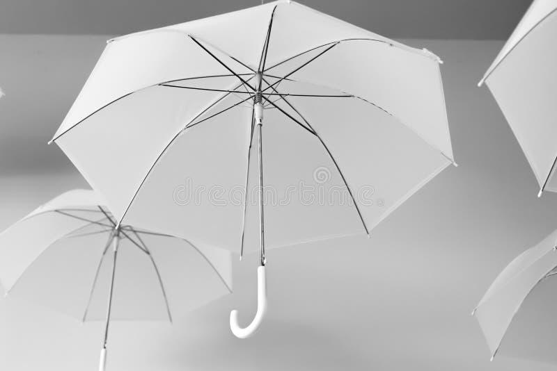 Hängende weiße Regenschirme stockfoto