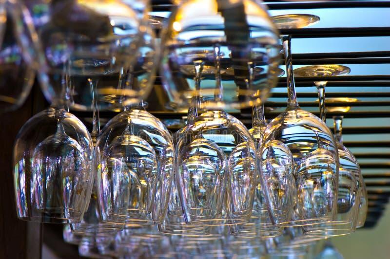 Hängende Weingläser lizenzfreies stockfoto