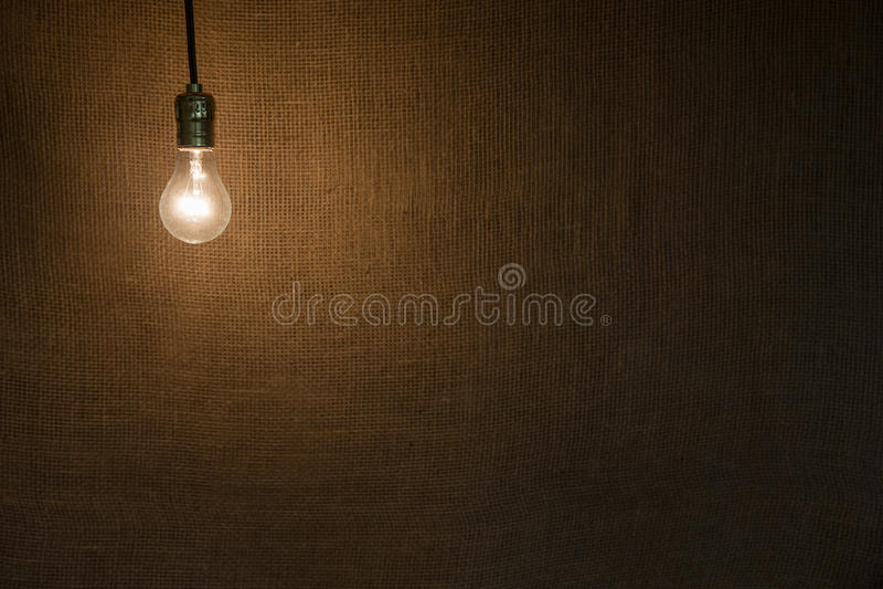 Hängender Glühlampen-Hintergrund stockfotos