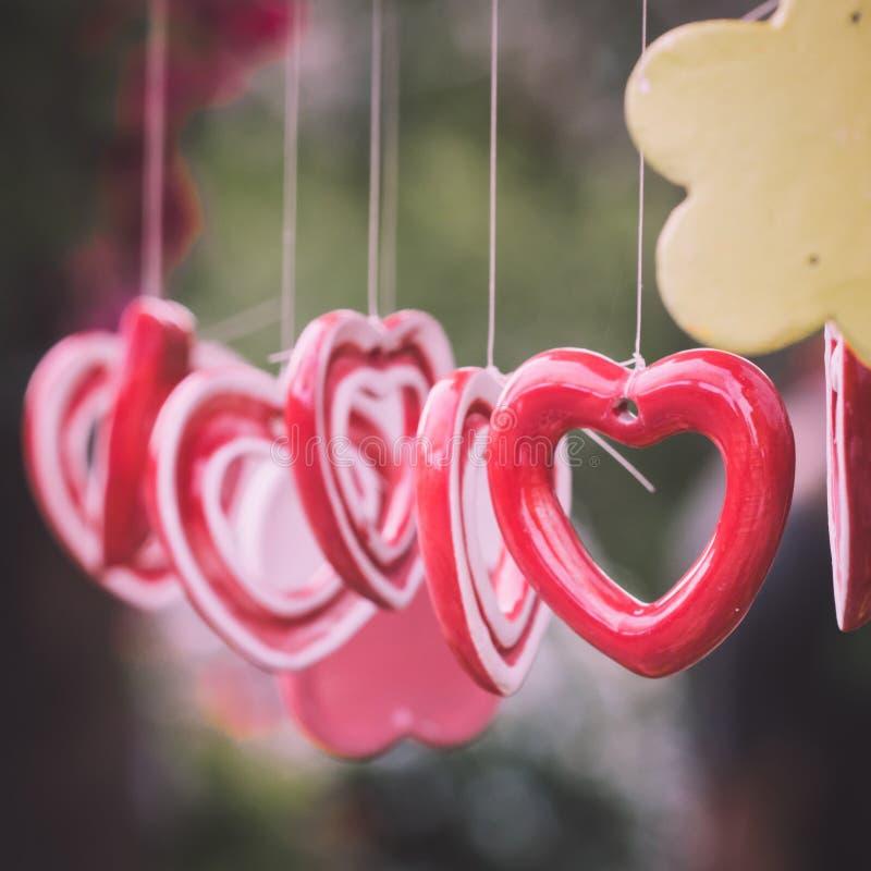Hängendes Herz der keramischen Glocke stockbild