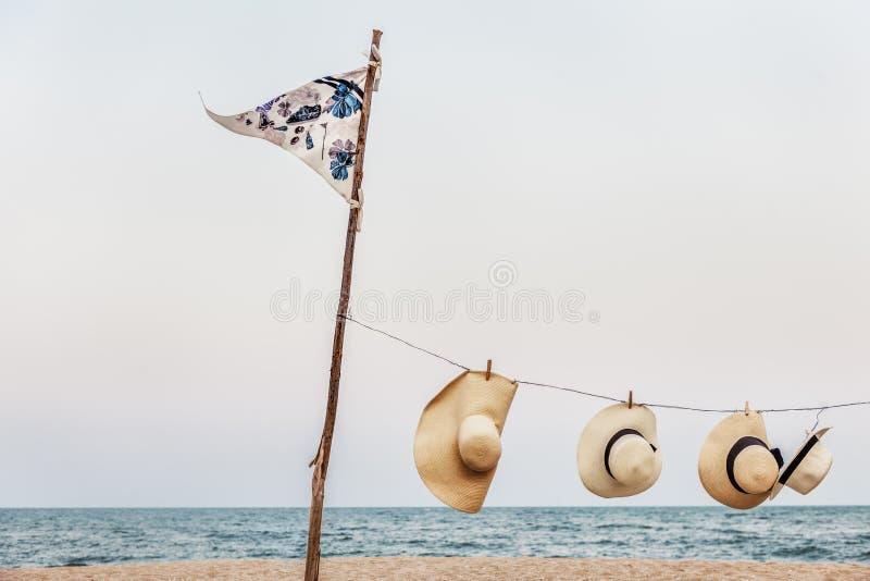 Hängendes Peg Woven Hats Flag Pole-Seeufer-Konzept stockfotografie