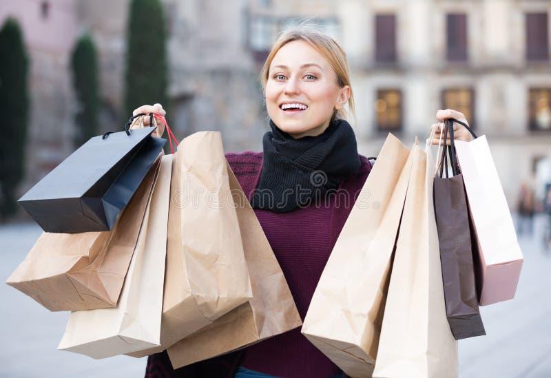 Hänger lös pappers- hållande shopping för den unga kvinnan royaltyfria bilder