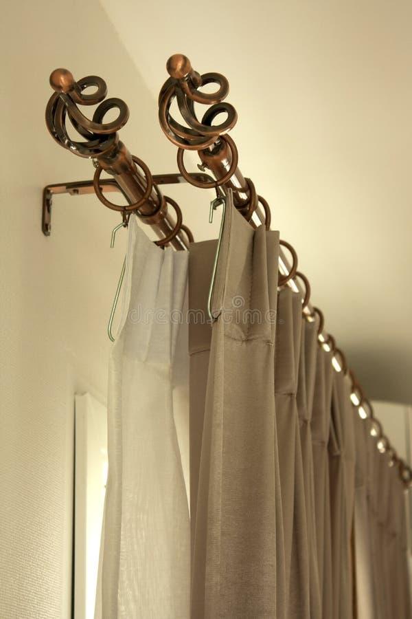 hänger upp gardiner dörren arkivfoton