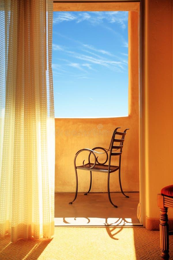 hänger upp gardiner interioren royaltyfria bilder
