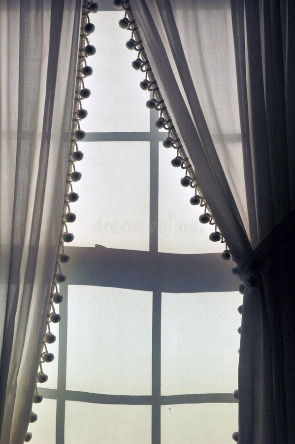 hänger upp gardiner linnesolljus royaltyfria foton