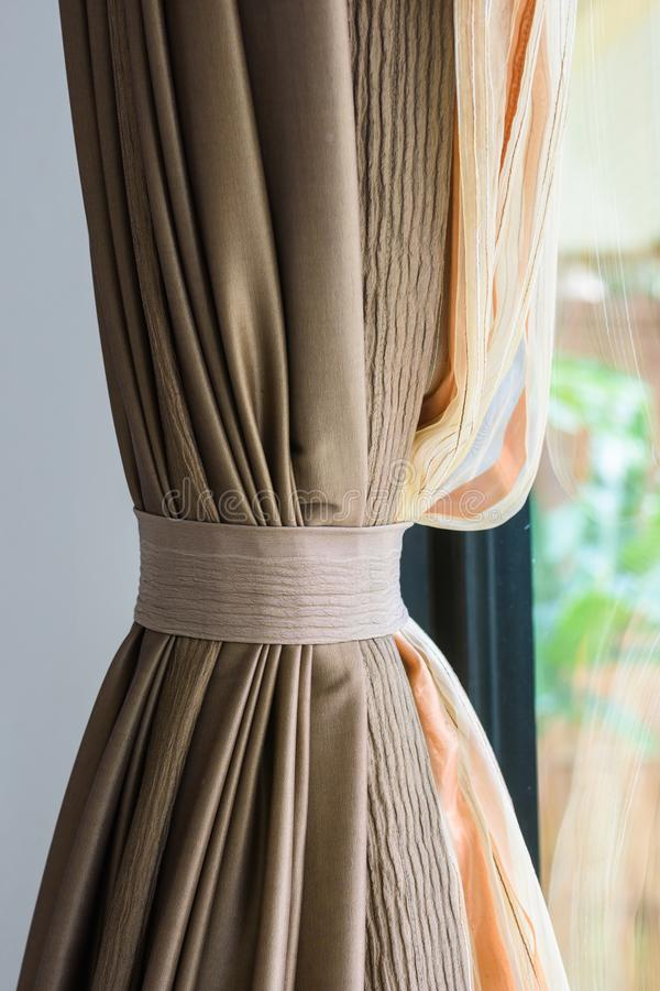 Hänger upp gardiner tofsen royaltyfria foton