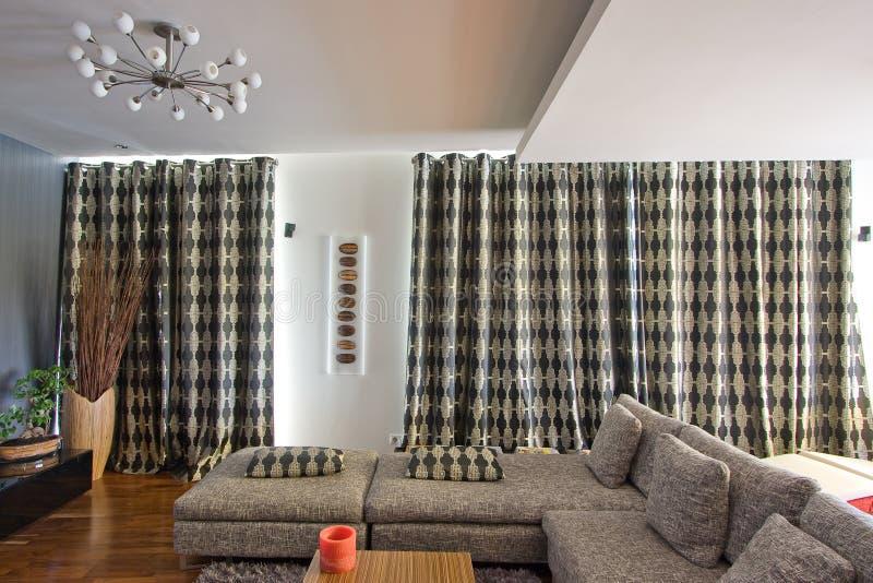 hänger upp gardiner vardagsrum royaltyfri foto