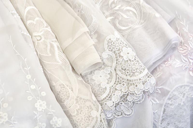 hänger upp gardiner white arkivfoton