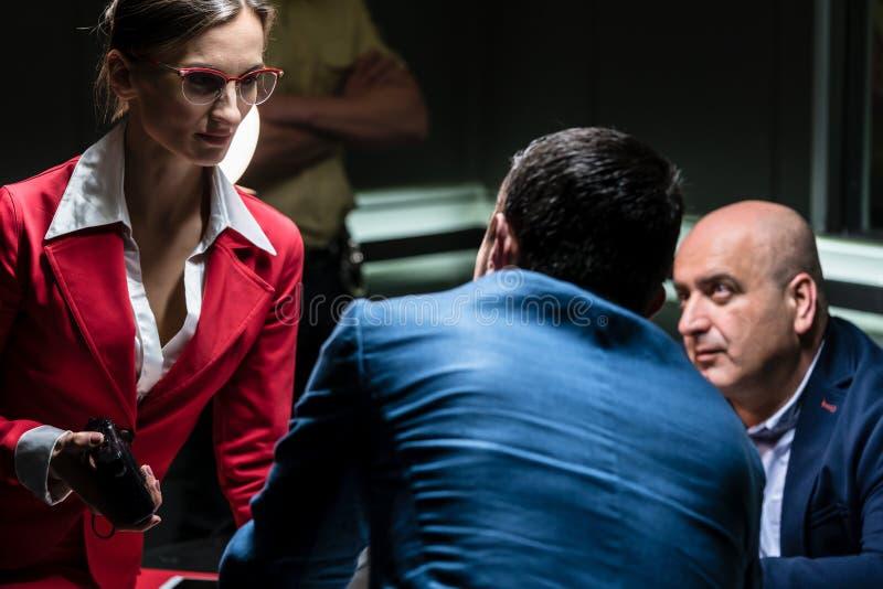 Hängiven kvinnlig åklagare som lyssnar till bikten av en misstänkt fotografering för bildbyråer