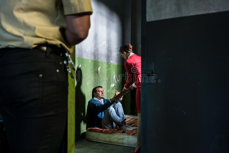 Hängiven kvinnlig advokat som besöker ett ungt intagen i ett föråldrat fotografering för bildbyråer
