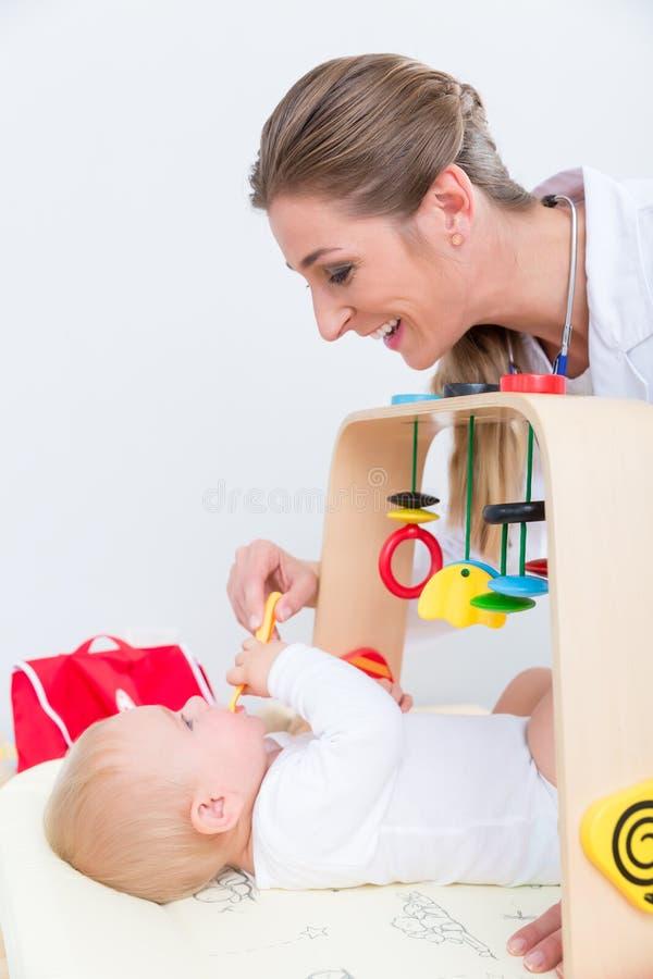 Hängivet pediatriskt spela med ett sunt och aktivt behandla som ett barn arkivfoto